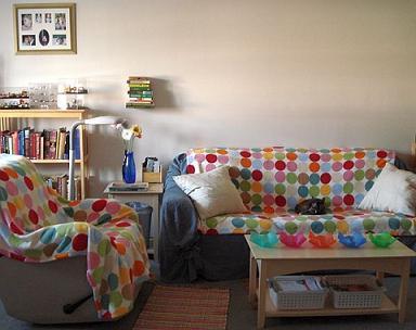 poduszki biale do barwnego pokoju