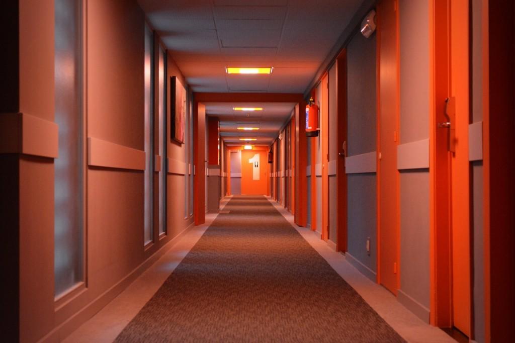 drzwi, korytarz, jak wybrać drzwi do pomieszczenia